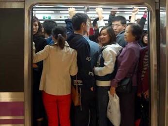 женщина пристает в метро к мужчине - 8