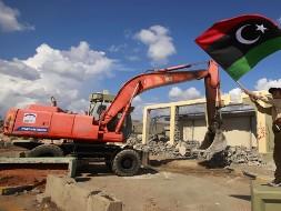 Резиденцию Каддафи ломают бульдозерами