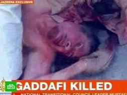 Толпа протащила мертвого Каддафи по улице
