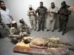 Тело Каддафи украсило витрину магазина