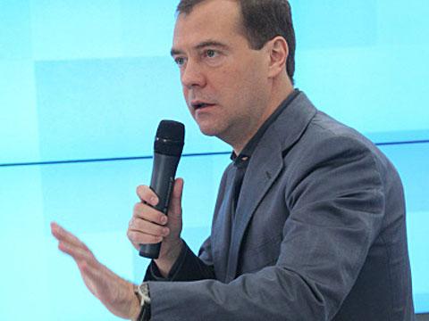 Фанатки целовали Медведева по очереди.блогер, Интернет, Медведев.НТВ.Ru: новости, видео, программы телеканала НТВ
