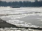 Плененные дунайским льдом баржи везут смертоносный груз.бедствие, Сербия, экологическая катастрофа.НТВ.Ru: новости, видео, программы телеканала НТВ