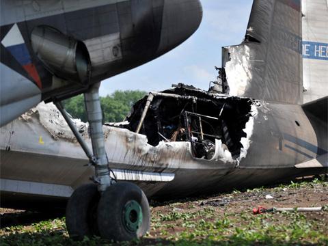 Раненых успели вытащить из пылающего самолета.аварийные посадки, Антонов, Ан-30, самолеты.НТВ.Ru: новости, видео, программы телеканала НТВ