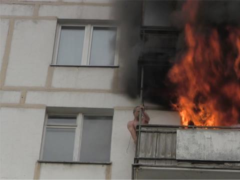 Спасение москвича сгорящего балкона сняли на видео.Москва, пожарные, пожары.НТВ.Ru: новости, видео, программы телеканала НТВ