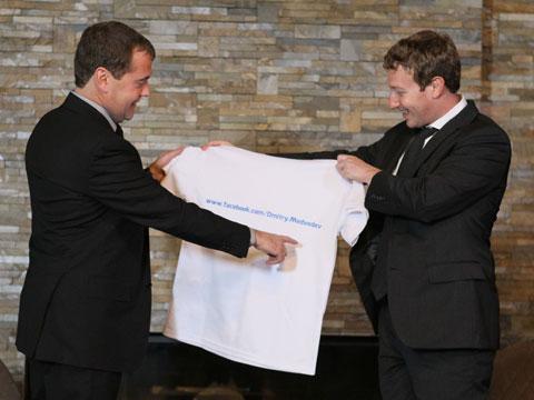 Цукерберг подарил Медведеву майку сего адресом вFacebook.Facebook, Медведев, Тимакова, Цукерберг.НТВ.Ru: новости, видео, программы телеканала НТВ