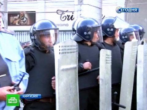 Парламент Киргизии окружили бойцы вбронежилетах.беспорядки, Киргизия, митинги за рубежом.НТВ.Ru: новости, видео, программы телеканала НТВ