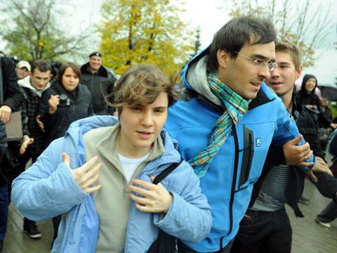Освобожденная Самуцевич сбежала от «поклонников».Pussy Riot, Мосгорсуд, приговоры.НТВ.Ru: новости, видео, программы телеканала НТВ