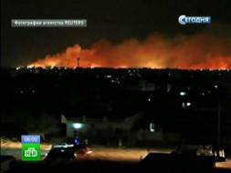 На горящем оружейном заводе вСудане рвутся снаряды