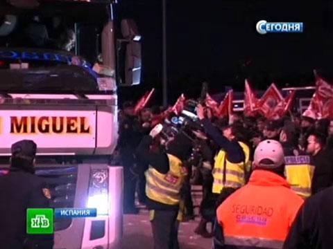 Европейские протесты обернулись беспорядками и арестами.Греция, забастовки, Испания, кризис еврозоны, Португалия.НТВ.Ru: новости, видео, программы телеканала НТВ