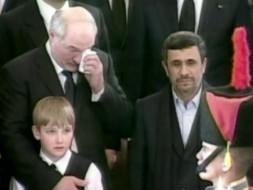 Лукашенко иАхмадинежад плачут на похоронах Чавеса