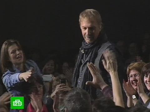 Кевин Костнер расцеловал поклонниц на петербургском концерте.Голливуд, знаменитости, концерты, музыка, Санкт-Петербург.НТВ.Ru: новости, видео, программы телеканала НТВ