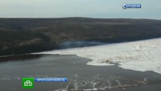 Вспышка ичерный дым: очевидцы говорят, что Ми-8 взорвался ввоздухе.авиакатастрофа, вертолет, Иркутская область, Ми-8, МЧС.НТВ.Ru: новости, видео, программы телеканала НТВ
