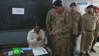 Пакистанцы идут на избирательные участки под грохот взрывов