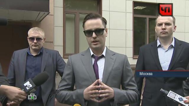 Окруженный телохранителями Витас прячет глаза за черными очками.Витас, ДТП, знаменитости, полиция, скандалы, уголовное дело.НТВ.Ru: новости, видео, программы телеканала НТВ