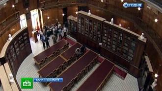 Военные разрешили полистать книги Cуворова ирукописный устав ПетраI