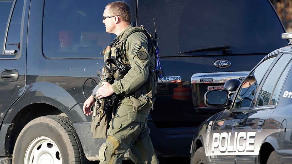 Вооруженные до зубов полицейские пришли в приют для животных и убили  олененка 8554673100a