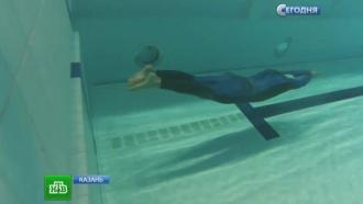 Женщины без ногтей отчаянно дерутся на дне бассейна