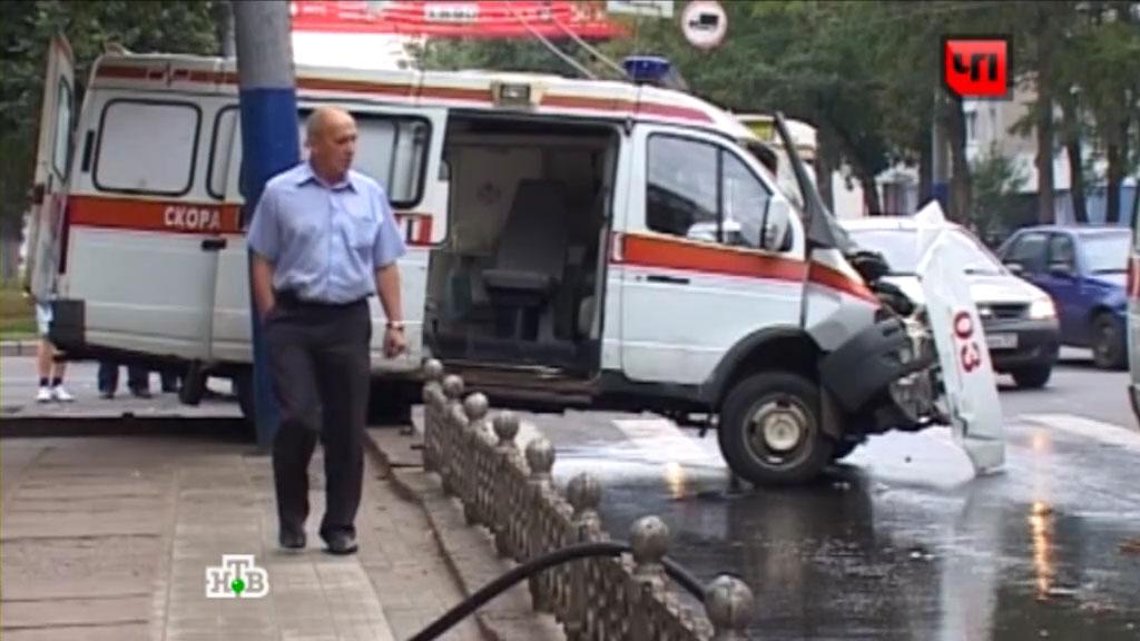 водитель скорой помощи трахает медсестру в машине скороой
