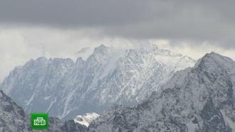 Экстремальный <nobr>уик-энд</nobr>: бегуны ползком добрались до вершины Эльбруса