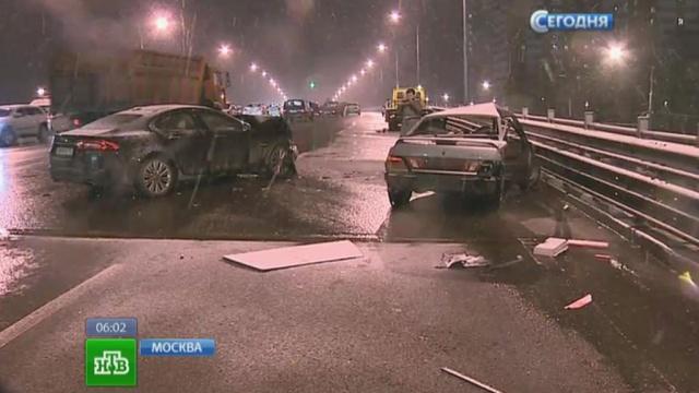 Пришедшая вМоскву зима грозит обернуться дорожным коллапсом.ДТП, зима, Москва, непогода, снегопад.НТВ.Ru: новости, видео, программы телеканала НТВ