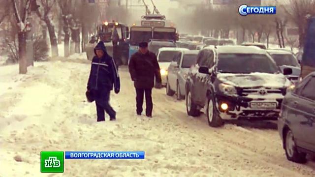 Засыпанный снегом волгоградский аэропорт закрыли до вечера.аэропорты, водители, Волгоград, непогода, пробки, снегопады, метель.НТВ.Ru: новости, видео, программы телеканала НТВ