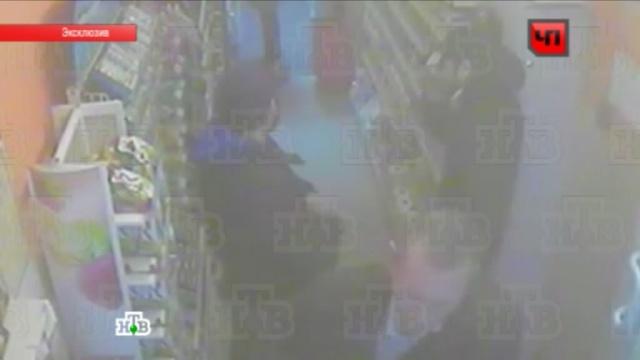 Камера наблюдения сняла лица кавказцев, пырнувших ножом полицейского.Москва, нападения, ограбление, полицейские, эксклюзив.НТВ.Ru: новости, видео, программы телеканала НТВ