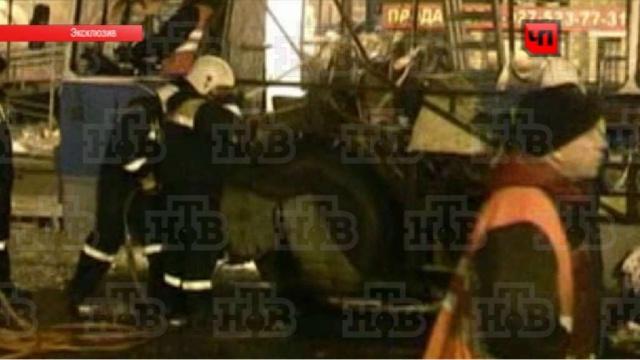 После взрыва волгоградский троллейбус разрезали на куски.взрыв, видео, Волгоград, теракт, троллейбусы, эксклюзив.НТВ.Ru: новости, видео, программы телеканала НТВ