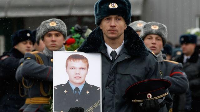Волгоград простился сполицейским, помешавшим смертнику на вокзале.взрыв, Волгоград, полицейский, похороны, теракт.НТВ.Ru: новости, видео, программы телеканала НТВ