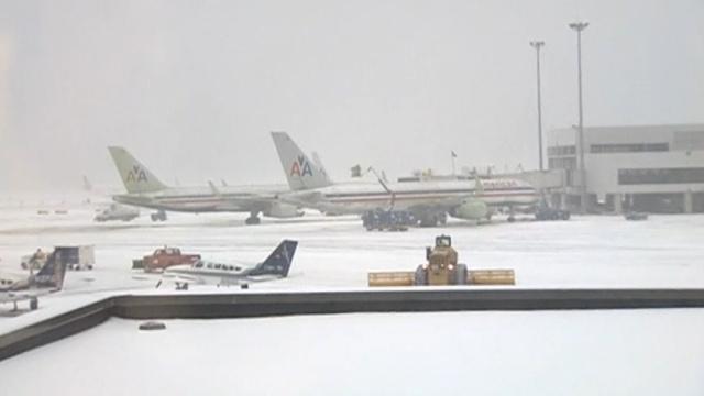 Снежная буря в США не дает улететь тысячам самолетов.аэропорты, непогода, снегопад, США.НТВ.Ru: новости, видео, программы телеканала НТВ