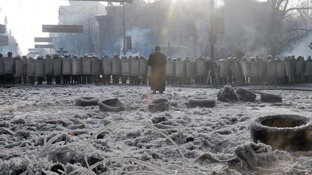 Сотни бойцов внутренних войск покинули Украинский дом после попытки штурма.Конституция, оппозиция, переговоры, Украина, Янукович.НТВ.Ru: новости, видео, программы телеканала НТВ