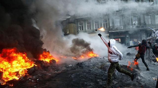 В Киеве радикалы забрасывают пожарных камнями и отнимают у них топоры.беспорядки, Киев, пожарные, спасатели, Украина.НТВ.Ru: новости, видео, программы телеканала НТВ