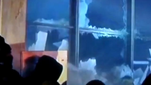 Протестующие с «коктейлями Молотова» штурмуют Украинский дом в Киеве.Конституция, оппозиция, переговоры, Украина, Янукович.НТВ.Ru: новости, видео, программы телеканала НТВ