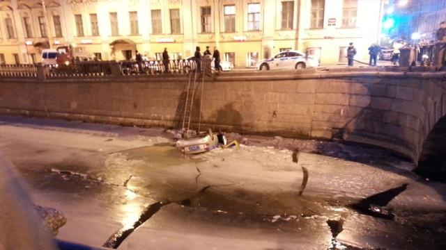 Полицейская машина пробила ограду исвалилась вканал Грибоедова.автомобили, ДТП, полиция, Санкт-Петербург.НТВ.Ru: новости, видео, программы телеканала НТВ