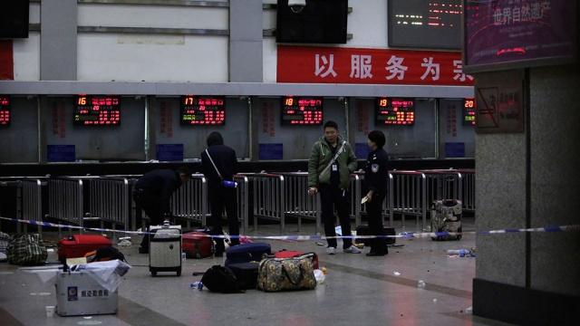 Китайцев на вокзале перерезали люди вчерной одежде.вокзал, Китай, нападение, поножовщина, убийства.НТВ.Ru: новости, видео, программы телеканала НТВ