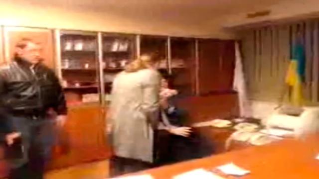 На Украине главу телеканала избили за «зомбирование» телезрителей.избиение, депутаты, телевидение, Украина.НТВ.Ru: новости, видео, программы телеканала НТВ