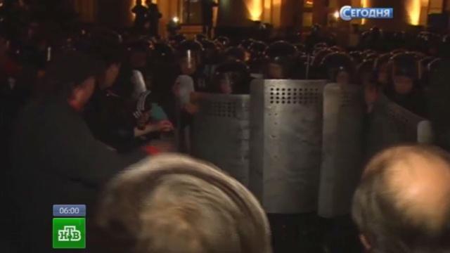 Луганские активисты сяйцами вруках атаковали СБУ изахватили здание Нацбанка.беспорядки, Донецк, захват, митинги за рубежом, Украина, Харьков.НТВ.Ru: новости, видео, программы телеканала НТВ