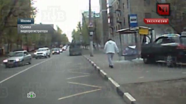 Сбивший женщину на остановке лихач винит втрагедии неисправную машину.видеорегистратор, внедорожник, ДТП, иномарки, Москва, пешеходы, эксклюзив.НТВ.Ru: новости, видео, программы телеканала НТВ