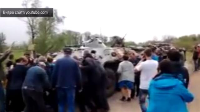 Украинские военные на БТР давили мирных жителей под Славянском.Украина.НТВ.Ru: новости, видео, программы телеканала НТВ