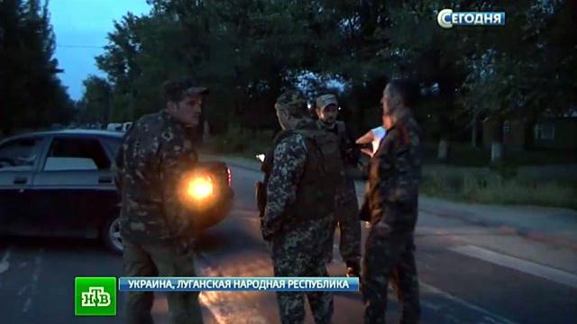 В противостоянии родителей и военных в Луганске тяжело пострадал мужчина.военные, ЛНР, Луганск, родители, Украина.НТВ.Ru: новости, видео, программы телеканала НТВ