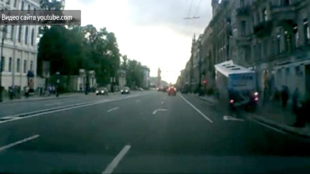 Видеорегистратор снял, как автобус врезался впешеходов на Невском.ДТП, Невский проспект, Санкт-Петербург, водитель, пешеходы.НТВ.Ru: новости, видео, программы телеканала НТВ