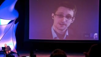 Сноуден попросил ФМС оставить его вРоссии