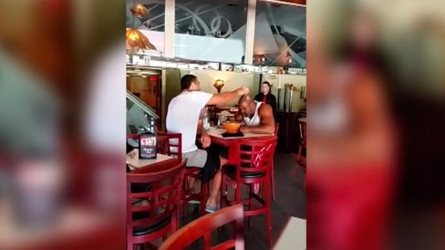 Посетители ресторана вГолливуде сняли на видео разборки Бриггса иКличко.Кличко Владимир, США, бокс, драки и избиения.НТВ.Ru: новости, видео, программы телеканала НТВ