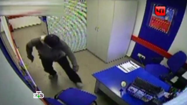 Грабитель под прицелом камер вынес из иркутского банка 2 млн рублей.Иркутск, банки, кражи и ограбления, криминал, нападения.НТВ.Ru: новости, видео, программы телеканала НТВ