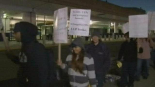 ВНью-Йорке бастуют уборщики самолетов, опасающиеся заражения лихорадкой Эбола.Нью-Йорк, США, Эбола, аэропорты, забастовки, эпидемия.НТВ.Ru: новости, видео, программы телеканала НТВ