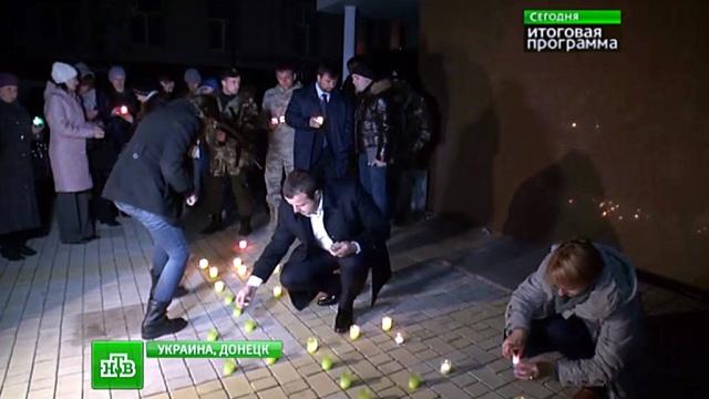 Вцентре Донецка зажгли свечи впамять опогибших ополченцах.ДНР, Донецк, Украина, войны и вооруженные конфликты, торжества и праздники.НТВ.Ru: новости, видео, программы телеканала НТВ