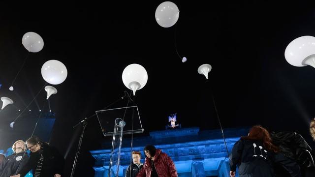 Вюбилей падения Берлинской стены внебо выпустили 7тысяч светящихся шаров.Берлин, Германия, Горбачёв, история, памятные даты.НТВ.Ru: новости, видео, программы телеканала НТВ