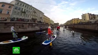 Дед Мороз-серфингист развлекал петербуржцев на канале Грибоедова