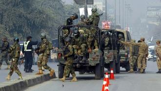 Взахваченной талибами школе гремят взрывы, убиты 126человек