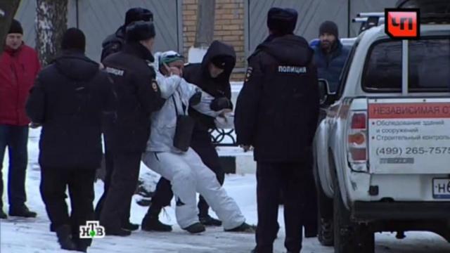 Полицейские задержали Паркмена Алтухова, протестовавшего уотдела полиции вМоскве.Москва, автомобили, митинги и протесты, полиция.НТВ.Ru: новости, видео, программы телеканала НТВ