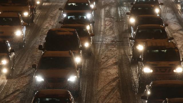 Рекордные пробки продолжают терзать предновогоднюю Москву даже ночью.аэропорты, автомобили, снег, пробки, Москва, дороги, зима.НТВ.Ru: новости, видео, программы телеканала НТВ